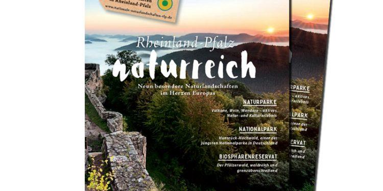Die Broschüre Rheinland-Pfalz naturreich. Auf dem TItelbild ist eine schöne Landschaft zu sehen.