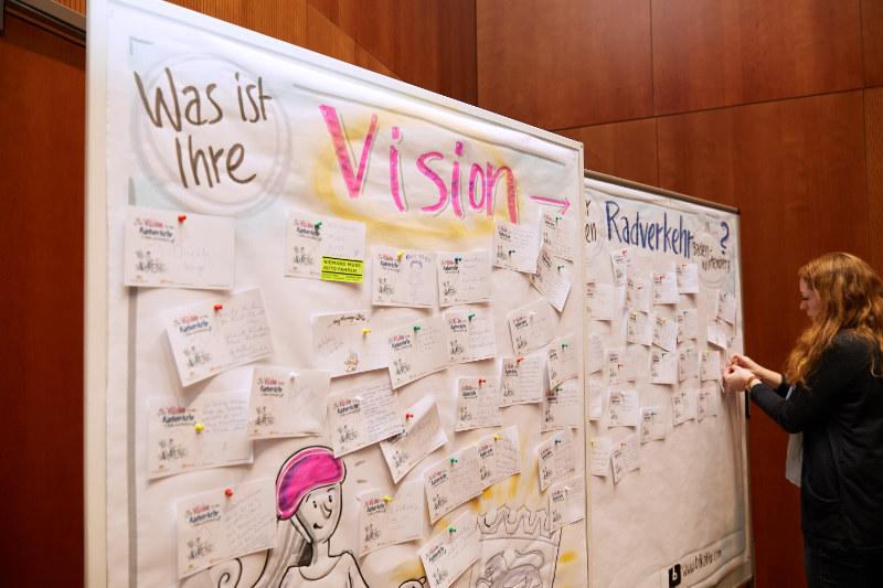 An einem Ideen-Board hängen viele Zettel mit Vorschlägen.