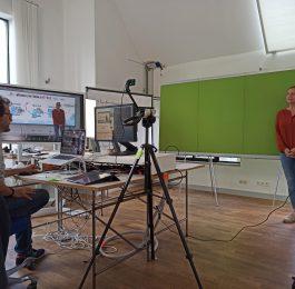 Online-Formate unterhaltsam gestalten: Moderatorin Michaela Mohrhardt vor Greenscreen im Studio